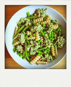 Pasta mit Erbsen und grünen Bohnen mit cremigem Spinat - Haselnusspesto
