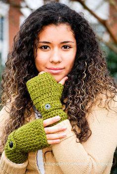 Crochet Green Wrist Warmers - Fingerless Gloves-Inspiration only Crochet Wrist Warmers, Crochet Mitts, Crochet Boot Cuffs, Crochet Gloves, Crochet Slippers, Knit Or Crochet, Crochet Scarves, Crochet Crafts, Hand Warmers