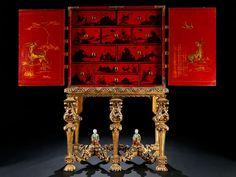 Zweiteiliger Aufbau: Tischgestell sechsbeinig, die Frontbeine und die beiden äußeren hinteren Beine als Vierkantbaluster reich geschnitzt mit Blattdekor und ...