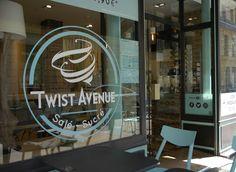 Twist Avenue, c'est de la restauration rapide au concept original ! Inspiré des kürtőskalács, un gâteau à la broche hongrois salés ou sucrés…  Réalisations pour Twist Avenue : Identité visuelle, mascotte, flyer, brochure A4 2 plis, panneau d'affichage de rue, carte de visite, menu bord dynamique… Rue, Menu, Neon Signs, Fast Foods, Corporate Design, Carte De Visite, Menu Board Design