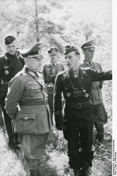 """Rußland-Mitte.- Division """"Großdeutschland"""", Offiziere, rechts Major Walter Pössl (mit Ritterkreuz) in Gespräch mit einem General (Generalleutnant Hermann Balck) 1943"""