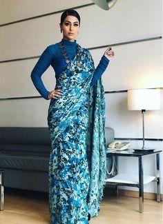 Hina Khan looks gorgeous💙💙💙 Trendy Sarees, Stylish Sarees, Simple Sarees, Bollywood Designer Sarees, Bollywood Saree, Indian Bollywood, Indian Dresses, Indian Outfits, Saree Dress