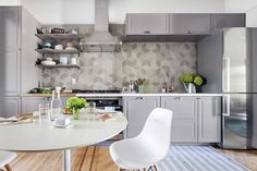 9 Healthy Tricks: Backsplash With Dark Countertops Islands gold honeycomb backsplash.Beveled Travertine Backsplash backsplash with dark countertops islands. Paint Backsplash, Travertine Backsplash, Beadboard Backsplash, Kitchen Backsplash, Herringbone Backsplash, Kitchen Counters, Kitchen Cabinets, Modern Kitchen Renovation, Kitchen Remodelling