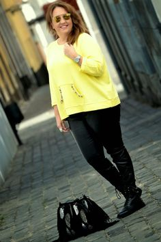 Ana my dresser myself street style militar boots yellow sweter black jeans