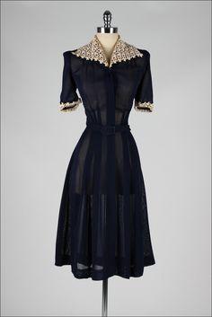 Dress Mill Street Vintage love the fabric and waistline 1940s Outfits, Vintage Outfits, Vintage Wardrobe, 1940s Dresses, 1940s Fashion Dresses, Vintage Mode, Moda Vintage, Vintage Black, Vintage Style