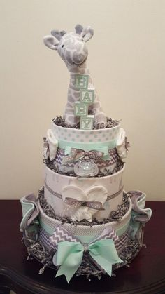 gender neutral baby shower cake Mint and grey giraffe diaper cake. Baby Shower Party Bags, Baby Shower Diapers, Baby Shower Cakes, Diaper Cake Boy, Diaper Cakes, Baby Shower Thank You Gifts, Baby Gifts, Baby Showers Juegos, Baby Shower Giraffe