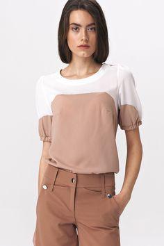 Dobór odpowiedniego stylu do okazji jest zawsze jednym z najtrudniejszych wyborów podczas tworzenia kobiecej kreacji. Jeśli chcesz zaoszczędzić na czasie, a przy okazji wykazać się wyczuciem smaku w towarzystwie, Dwukolorowa bluzka z bufiastym rękawem będzie dla Ciebie doskonałym wyborem. The Office Shirts, Textiles, Unique Fashion, Overall Shorts, Alter, Pink White, Modeling, Ruffle Blouse, Marvel