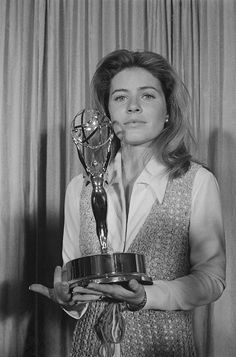 Patty Duke Holding the Outstanding Single Performance by an Actress Emmy she won for 'My Sweet Charlie'. Old Hollywood Stars, Classic Hollywood, Patty Duke Show, Old Movie Stars, Vintage Movie Stars, The Miracle Worker, Kathy Griffin, Vanessa Williams, Black