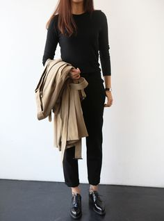 Chic Style - all black outfit & beige mac Minimal Chic, Minimal Fashion, Work Fashion, Minimal Classic, Street Fashion, Style Work, Mode Style, Office Style, Winter Outfits