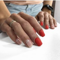 The advantage of the gel is that it allows you to enjoy your French manicure for a long time. There are four different ways to make a French manicure on gel nails. Short Red Nails, Nails Polish, Red Polish, Trendy Nail Art, Super Nails, Nagel Gel, Winter Nails, Diy Nails, Red Manicure