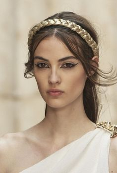 "Chanel CHANEL Cruise in Paris : ""The Modernity of Antiquity"", an ideal vision of Ancient Greece as imagined by Greek Makeup, Greek Goddess Makeup, Greek Goddess Costume, Make Up Looks, Gold Makeup, Hair Makeup, Ancient Greece Fashion, Camille Hurel, Greek Fashion"