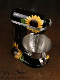 Un Amore by Nicole Dinardo Fun and extremely artistic Kitchen Aid mixers. Black kitchen aid mixer with sunflowers. Kitchen Aid Mixer, Kitchen Appliances, Sunflower Kitchen Decor, Sunflower Room, Sunflower Design, Diy Home Decor, Room Decor, Kitchen Items, Kitchen Stuff