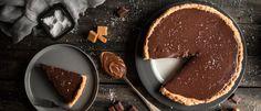 Τάρτα σοκολάτας γάλακτος με αλατισμένη καραμέλα Sweets Cake, Chocolate Fondue, Deserts, Food And Drink, Pudding, Sugar, Baking, Food Food, Cakes