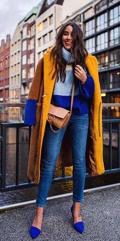 Сините обувки и цветовете на пуловера са уникални