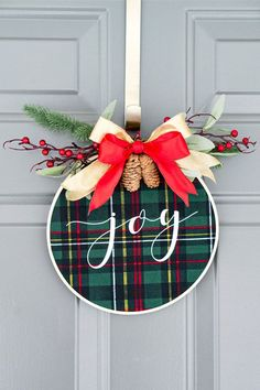 Christmas Door Decoration Ideas to get you decorating!, DIY and Crafts, Christmas Door Decoration Ideas to get you decorating! Take these new and fresh ideas and run! Create the Christmas decor you will LOVE! For School Fo. Christmas Wreaths To Make, Christmas Home, Christmas Ornaments, Winter Wreaths, Christmas Trees, Christmas Carol, Christmas Island, Simple Christmas Crafts, Christmas Gifts