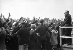 """""""De Goudsberg""""    LUNTEREN – NSB-leider Mussert en zijn aanhang op 1 juni 1936 tijdens de eerste hagenspraak van de beweging op de Goudsberg in Lunteren. De jaarlijkse manifestatie trok vele duizenden bezoekers. De NSB had voor dit doel op de Goudsberg een stuk grond gekocht. Mussert wilde er ook een mausoleum bouwen waar hij met andere partijleiders later begraven –en geëerd– zou worden. Foto ANP"""