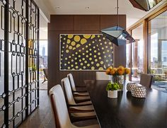 9-salon-decorado-tonos-tierra-sofa-en-l-butacas-estilo-midcentury