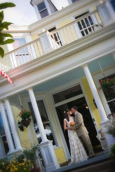 Our elegant Savannah weddings and elopements venue adds the romance of the historic district as a backdrop for your intimate wedding or elopement.
