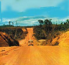 A Rodobrás é criada em maio de 1958 para a construção da Belém-Brasília, permitindo que, em janeiro de 1960, automóveis vindos do Pará, Mato Grosso, Rio de Janeiro e Rio Grande do Sul se encontrassem em Brasília na Caravana da Integração Nacional promovida por JK.