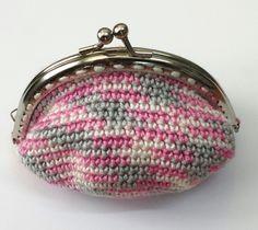 MONEDERO SIRENA      Patrón:   Este es un monedero tejido a crochet, en el cual le hemos cosido un cierre metálico. Lo podemos hacer todo...