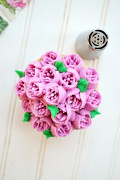 Have you ever wondered what Russian decorating tips are, and how to use them? These special tips are SO easy to use and make the prettiest frosting flowers! Russian Decorating Tips, Creative Cake Decorating, Cake Decorating Tools, Cake Decorating Techniques, Creative Cakes, Decorating Ideas, Bee Creative, Frosting Techniques, Frosting Tips