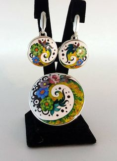 Fiori della primavera.  anello.  Motivo decorativo. Perline in cloisonne, argento