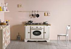 In cucina: un mix di linee rétro, tagli moderni e tecnologia. (marieclaire.it/Casa)