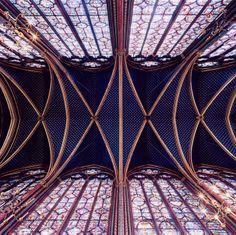 Cúpula da Igreja Sainte-Chappelle, na França. A pequena capela é um dos templos mais bonitos de Paris. Foi construída no século XIII para ser a capela da família real. Seus vitrais contam passagens bíblicas.  Foto: David Stephenson