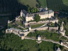 Hochosterwitz Castle Austria An incredible feat of fortification. 14 gates between the base of the hill and the castle. Local legend holds that no invasion has ever passed the gate. Skyrim, Gingerbread Castle, Gate Images, Local Legends, Fantasy Castle, Walled City, Beautiful Castles, Fortification, Medieval Castle