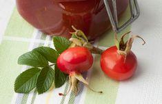 Hagyományos módszernél sok és lassan végezhető kézimunkával készítik elő a gyümölcsöt. Levágják a szárcsonkot és a csészelevél maradványokat, kettéhasítják a bogyót és kikaparják a magokat és a szőröket. Cherry, Vegetables, Fruit, Food, Essen, Vegetable Recipes, Meals, Prunus, Yemek