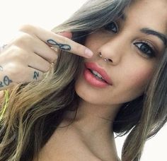 Thinking about getting a septum piercing? Here, everything you need to know about getting a septum piercing, and 17 gorgeous inspo looks to inspire your next piercing. Bijoux Piercing Septum, Innenohr Piercing, Spiderbite Piercings, Septum Ring, Unique Body Piercings, Surface Piercing, Facial Piercings, Piercings Bonitos, Percing Septum