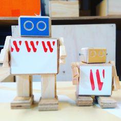 Wie? Wat? Waar? Maar vooral: Waarom?  Deze tweeRijkswachters hebben wat vragen voor jullie.   #leukecombis #jedoeteenswat #vrijdaggekte #nevermind   #robot #rijkswachters #rijkswachter #rijksmuseum #art #arttoy #design #recycle #upcycle #reclaimed