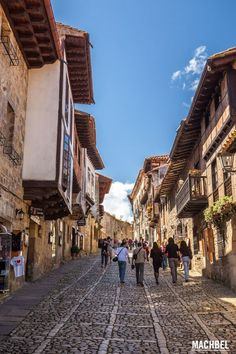 Cantabria, además de unos hermosos paisajes y una gran gastronomía, puede presumir de tener gran cantidad de pueblos con encanto, esos que nos encanta visitar en nuestros viajes para perdernos por sus callejuelas. Me ha … Places To Travel, Places To Go, Valencia Spain, Basque Country, Beautiful Places To Visit, Countryside, Tourism, Scenery, Street View