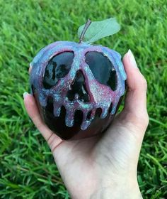 Black poison apple from Snow White. Use paint and glitter to DIY Holidays Halloween, Halloween Treats, Happy Halloween, Halloween Party, Easy Halloween Decorations Diy, Samhain Decorations, Halloween Cosplay, Snow Much Fun, Favorite Holiday