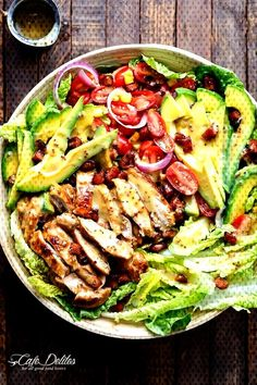 #piquenique #roquefort #composée #emporter #doignons #pratique #idéale #dœufs #lheure #salade #bureau #dîner ... Chicken Curry Salad, Avocado Chicken, Salads Up, How To Cook Corn, Bacon, Greek Chicken, Best Dinner Recipes, Chicken Flavors, Healthy Dishes