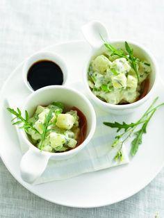 Een overheerlijke aardappelsalade met rauwe ham en geitenkaas, die maak je met dit recept. Smakelijk!