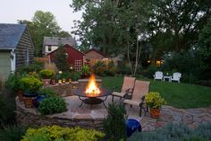 For today we gather 20 Cheap Landscaping Ideas For Backyard! Landscaping ideas for small backyards would be awesome by choosing flower beds with edging so that quite cool in featuring beautiful small backyard landscaping. Backyard Ideas For Small Yards, Small Backyard Landscaping, Fire Pit Backyard, Small Patio, Backyard Designs, Backyard Patio, Gravel Patio, Backyard Fireplace, Hardscape Design