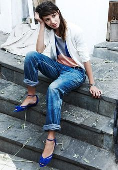 Love the bright blue shoes with this casual bf jean/tee/blazer combo.