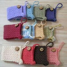 Best 12 Crochet coffee mug cozy Crochet Coffee Cozy, Crochet Cozy, Crochet Gifts, Cute Crochet, Loom Knitting Projects, Crochet Projects, Coffee To Go Becher, Coffee Cozy Pattern, Crochet Kitchen