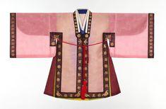 사규삼_조선시대에 나이 어린 세자가 관례를 치르기 전에 입는 평상복이다. Korean Hanbok, Korean Dress, Korean Outfits, Korean Traditional Dress, Traditional Fashion, Traditional Dresses, Geisha, Orientation Outfit, South Korea Fashion