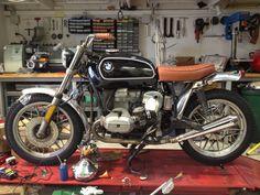 Bmw R65 scrambler.  Vue d'ensemble. Essai d'un garde boue avant. Bobber Bikes, Bmw Motorcycles, Custom Bmw, Custom Bikes, Bmw R65 Scrambler, Bmw Boxer, Bmw Cafe Racer, Moto Bike, Sportbikes