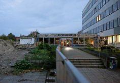 Das Rechenzentrum am Dienstagabend. Links Reste der abgerissenen Rechnerhalle. Halle, Potsdam, Hall