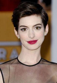 Anne Hathaway con un caschetto alla Audrey Hepburn