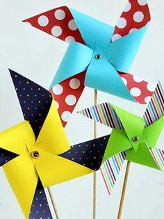 Voici comment un joli moulin à vent en papier qui tourne au grès du vent ou du souffle des enfants !