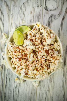 Las palomitas son un alimento con mucha fibra que te ayuda a evitar el estreñimiento. Las puedes preparar en el trabajo, solo necesitas llevarte el maíz en una bolsa de papel y cocinarlas en el microondas. ¡Súper fácil!