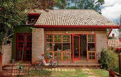 A reforma projetada pela arquiteta Kita Flórido privilegiou o uso de peças de demolição, como os tijolos na fachada. A rigidez do material é quebrada pelo grande caixilho de madeira com vidro