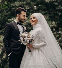 Wedding Photography desiring for easy photography on grabbing the stunning wed Tesettür Makyajı Modelleri 2020 Hijabi Wedding, Muslimah Wedding Dress, Muslim Wedding Dresses, Wedding Poses, Wedding Bride, Party Wedding, Muslim Couple Photography, Wedding Photography Styles, Street Photography