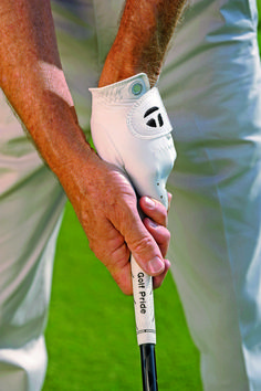 One of the quickest ways to fix your golf slice is to change your grip. This simple change will go a long way to fixing your golf slice and hitting the ball straight. Golf 7, Play Golf, Disc Golf, Mens Golf, Sport Golf, Golf Slice, Golf Betting, Used Golf Clubs, Golf Practice