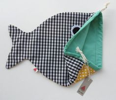drawsting bag negroamarilloverde by Sandiasandia on Etsy Baby Sewing Projects, Sewing For Kids, Range Pyjama, Fish In A Bag, Kids Bags, Pe Bags, Fabric Crafts, Hand Sewing, Purses And Bags