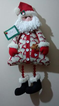 Enfeite de porta Noel, por Bete Querido/Bete Arte em Feltro. Xmas, Christmas Ornaments, Gnomes, Flora, Projects To Try, December, Polo, Holiday Decor, Ideas For Christmas